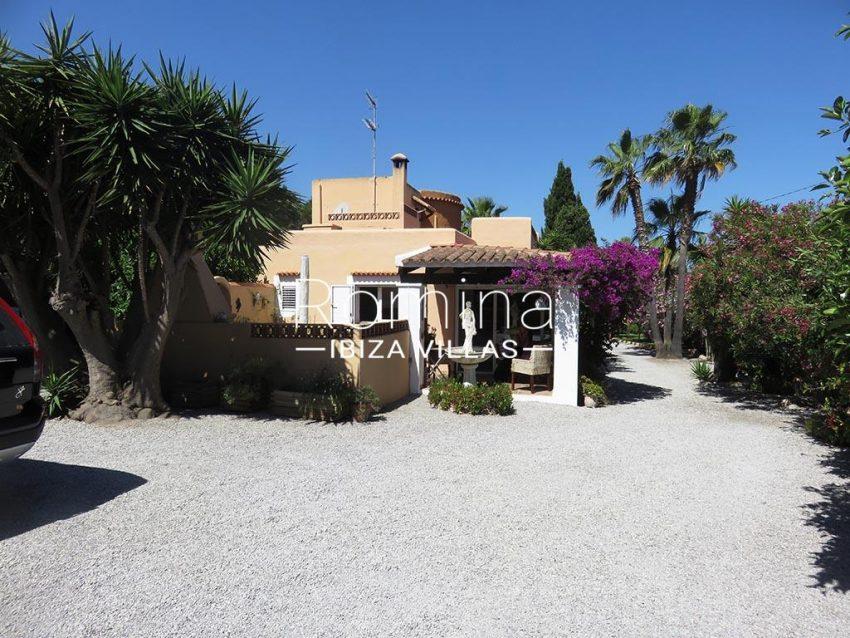 romina-ibiza-villas-rv-847-03-villa-magnolia-2entrance