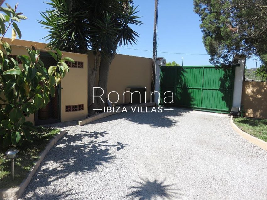 romina-ibiza-villas-rv-847-03-villa-magnolia-2entrance gate