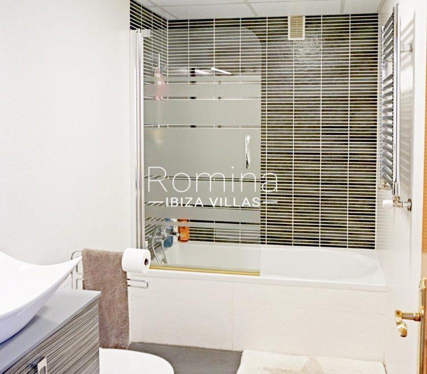 romina-ibiza-villas-rv-852-55-apto-clavel-5bathrookm