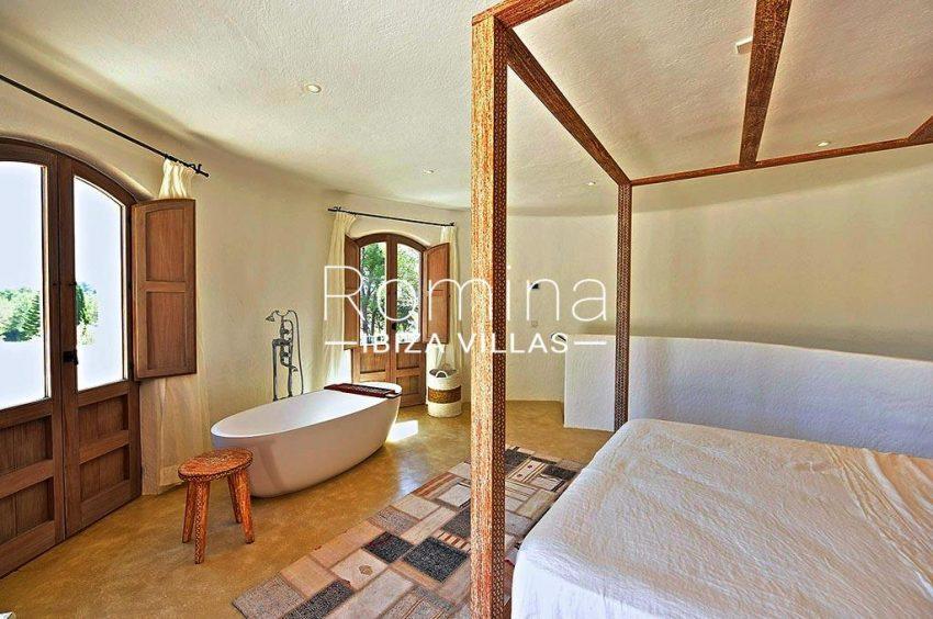 romina-ibiza-villas-rv-866-27-can-sabina-4bedroom four poster bed