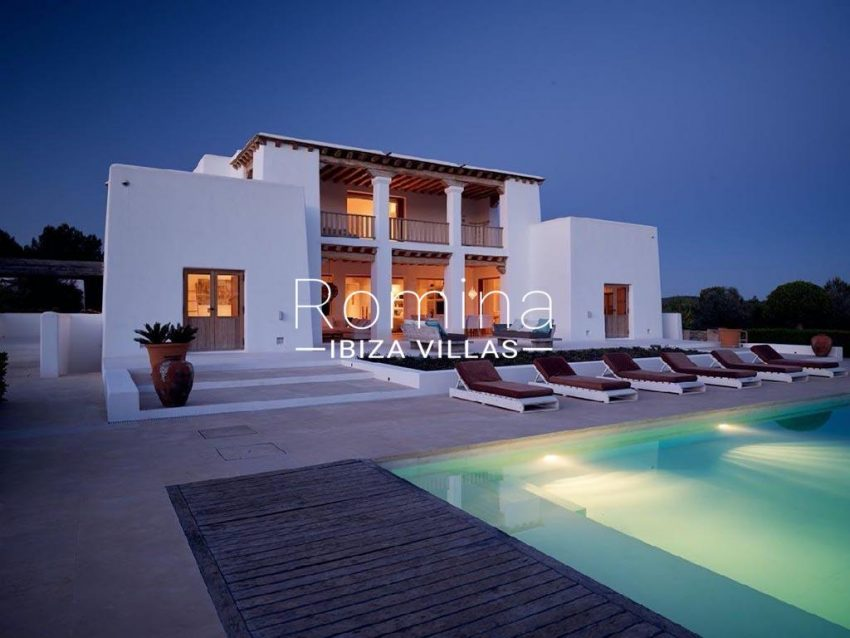 romina-ibiza-villas-rb-868-27-can-miklos-2pool facade evening