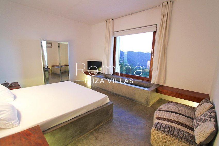 romina-ibiza-villas-rv-864-04-villa-neptunia-4bedroom bathtub2
