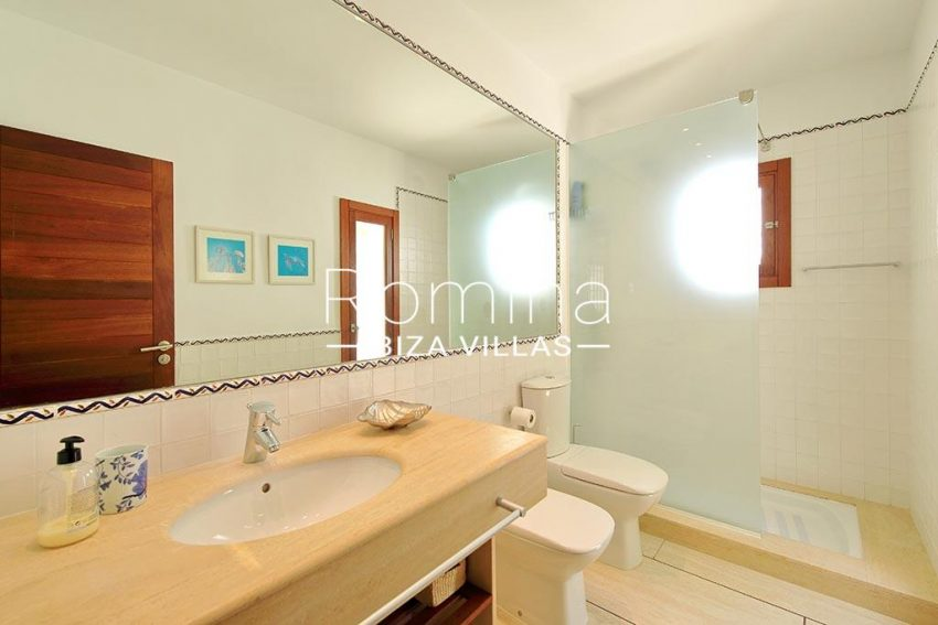 romina-ibiza-villas-rv-893-81-villa-mimosa-5shower room2