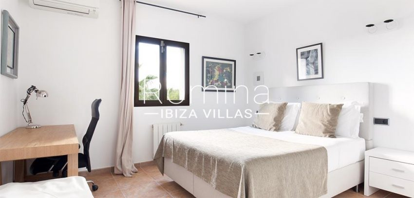 romina-ibiza-villas-rv-910-05-can-garrovers-4bedroom desk2