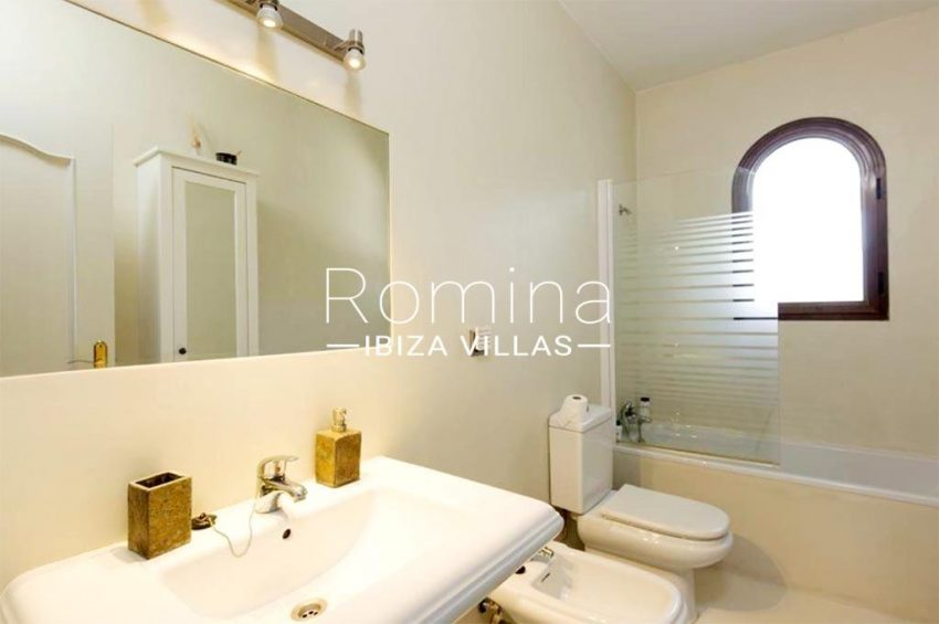 romina-ibiza-villas-rv-910-05-can-garrovers-5bathroom