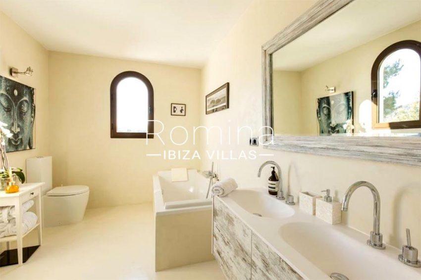 romina-ibiza-villas-rv-910-05-can-garrovers-5bathroom2