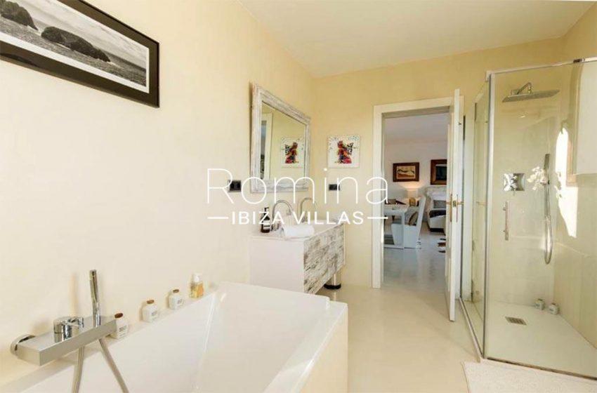 romina-ibiza-villas-rv-910-05-can-garrovers-5bathroom2bis