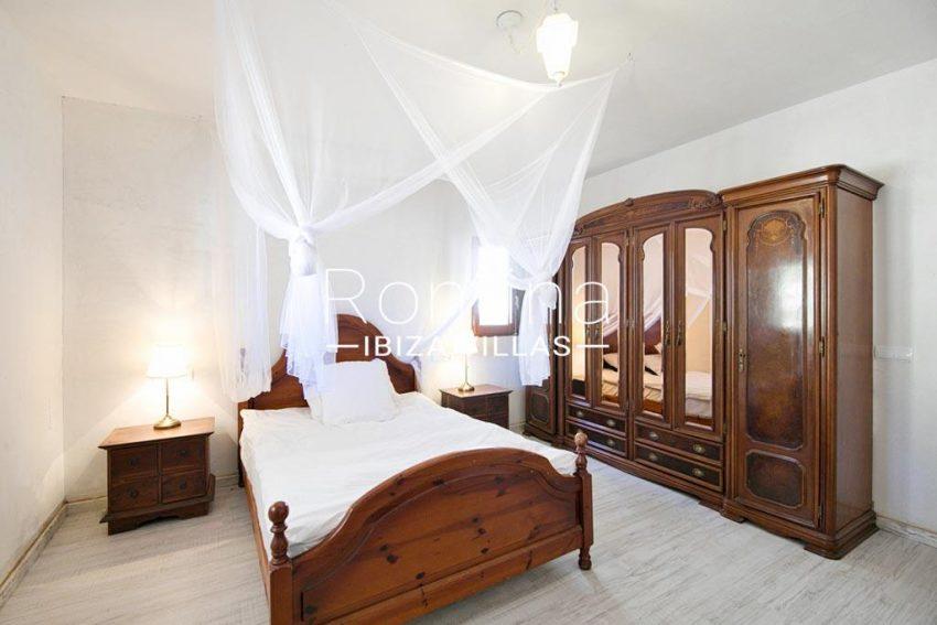 romina-ibizavillas-rv-911-01-casa-alzahar-4bedroom4 wardrobe2