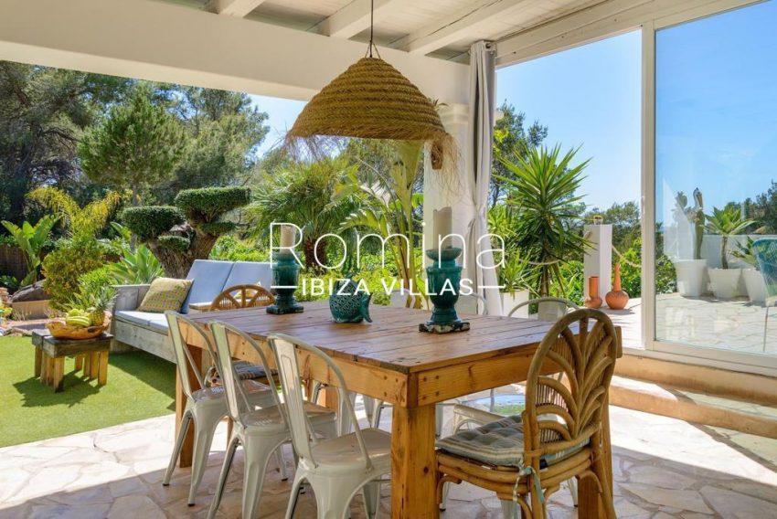 romina-ibiza-villas-rv-914-06-villa-azulita-2porch dining area garden
